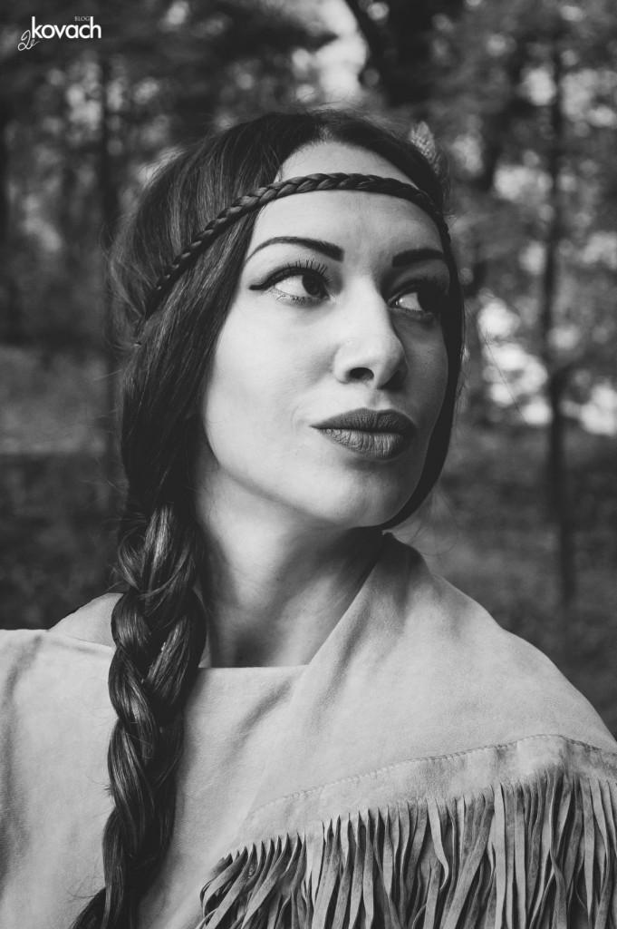 Portret devojke u stilu indijanke sa pletenicom preko čela