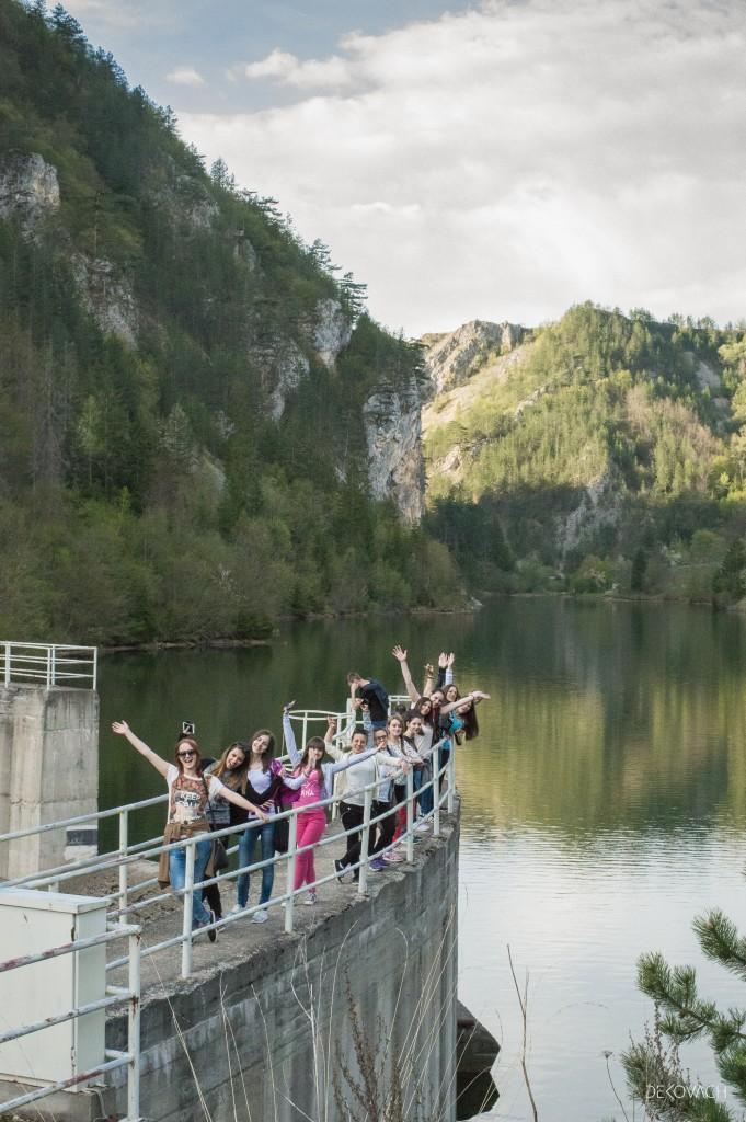 Grupa studenata na brani Zaovinskog jezera maše ka posmatraču