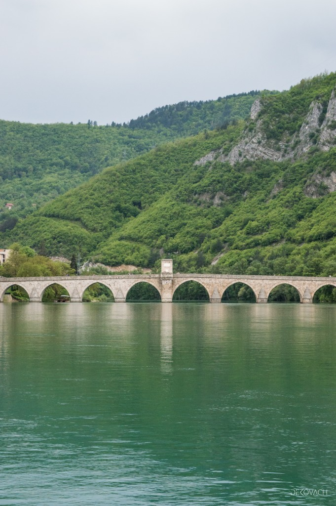 Pogled na most na Drini, reku Drinu i planine